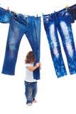 Criança que puxa a roupa da sarja de Nimes foto de stock royalty free