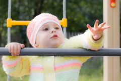 Criança que rasteja no campo de jogos Imagens de Stock Royalty Free