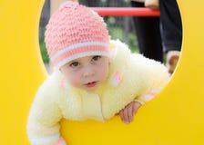 Criança que rasteja no campo de jogos Foto de Stock Royalty Free