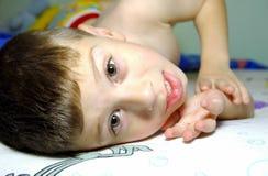 Criança que relaxa Fotos de Stock Royalty Free
