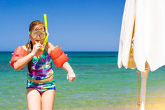 Criança que relaxa no mar em vidros nadadores, Bali do Cretan, Creta Foto de Stock