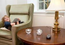 Criança que relaxa para casa Foto de Stock