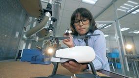 Criança que repara um zangão, helicóptero em um laboratório, fim acima video estoque