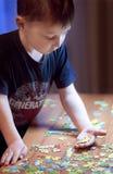 Criança que resolve um enigma - educação Imagem de Stock