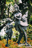 A criança que reza à estátua da mulher olha o pássaro semelhante do gigante do mito fotos de stock royalty free