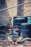 Criança que rufa nas tubulações Imagens de Stock