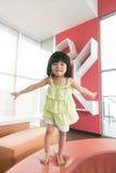 A criança que salta no sofá Fotografia de Stock Royalty Free