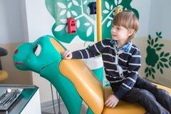 Criança que senta-se em uma cadeira dental fotos de stock royalty free