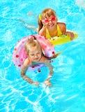 Criança que senta-se no anel inflável. Imagem de Stock