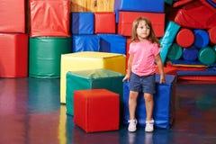 Criança que senta-se no gym do pré-escolar imagem de stock