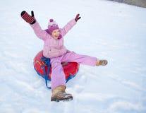 Criança que sledding no monte do inverno Imagem de Stock Royalty Free