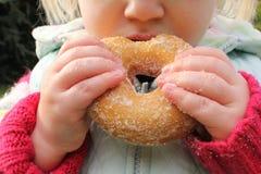 Criança que snacking na filhós insalubre do chocolate Imagem de Stock Royalty Free