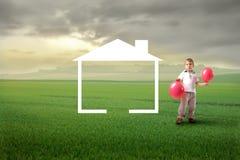 Criança que sonha para casa Fotografia de Stock