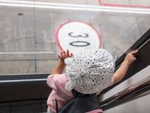 Criança que toca no vidro Fotografia de Stock Royalty Free