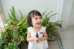 Criança que toma das plantas Spr molhando da menina bonito primeiro Fotos de Stock