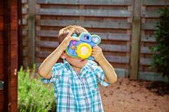Criança que toma fotos Fotos de Stock