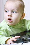 Criança que trabalha em um computador Imagens de Stock