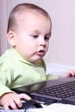 Criança que trabalha em um computador Imagens de Stock Royalty Free
