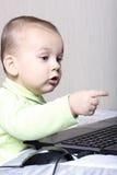 Criança que trabalha em um computador Fotos de Stock