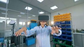 Criança que trabalha em vidros de VR em um laboratório Conceito da realidade virtual video estoque