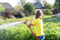 Criança que trabalha no jardim Fotografia de Stock