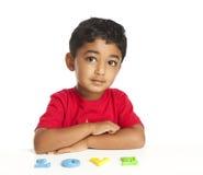 Criança que usa alfabetos para soletrar o amor da palavra Fotos de Stock Royalty Free