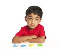 Criança que usa alfabetos para soletrar o amor da palavra Imagens de Stock Royalty Free