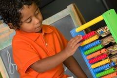Criança que usa o ábaco Fotografia de Stock