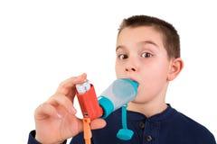 Criança que usa o inalador com espaçador foto de stock royalty free