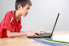 Criança que usa o portátil Imagem de Stock Royalty Free