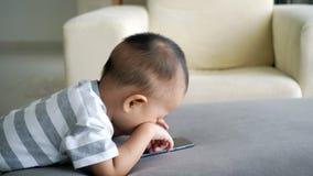 Criança que usa o telefone esperto video estoque