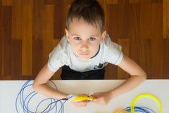 Criança que usa a pena da impressão 3D Criativo, tecnologia, lazer, conceito da educação Foto de Stock