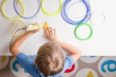 Criança que usa a pena da impressão 3D Criativo, tecnologia, lazer, conceito da educação Fotografia de Stock Royalty Free