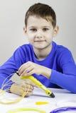Criança que usa a pena da impressão 3D Criativo, tecnologia, lazer, conceito da educação Imagens de Stock Royalty Free