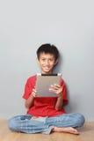 Criança que usa a tabuleta Foto de Stock Royalty Free