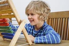 Criança que usa um ábaco imagem de stock