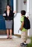 Criança que vai à escola e que diz adeus Imagens de Stock Royalty Free