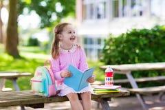 Criança que vai para trás à escola, começo do ano Imagem de Stock Royalty Free