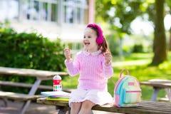 Criança que vai para trás à escola, começo do ano Fotografia de Stock Royalty Free