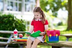 Criança que vai para trás à escola, começo do ano Foto de Stock Royalty Free