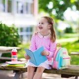Criança que vai para trás à escola, começo do ano Imagens de Stock