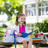 Criança que vai para trás à escola, começo do ano Fotografia de Stock