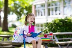 Criança que vai para trás à escola, começo do ano Imagem de Stock