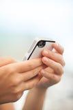 Criança que verifica uma mensagem de texto em um móbil Fotografia de Stock