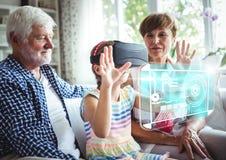 Criança que veste auriculares da realidade virtual de VR com relação com avós Fotografia de Stock