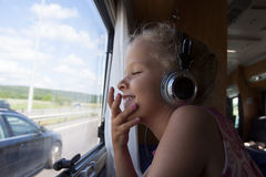 Criança que viaja em uma caravana de acampamento imagens de stock