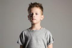 Criança Rapaz pequeno considerável 7 anos de miúdo velho Fotos de Stock Royalty Free