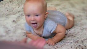 A criança rasteja a sua mamã que acena sua mão video estoque