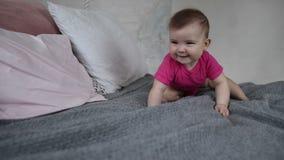 Criança recém-nascida de riso que joga na cama video estoque