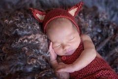 Criança recém-nascida em esquilos de um terno foto de stock